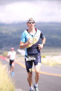 Mikkel Højborg igang med at løbe under en triatlon