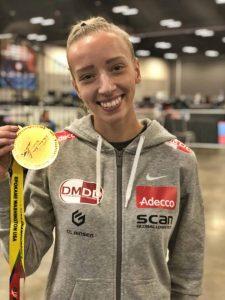 Sarah Malykke der står med sin Taekwoondo medalje