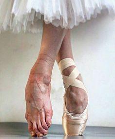 balletdanser som står på tåspidserne med en fodskade